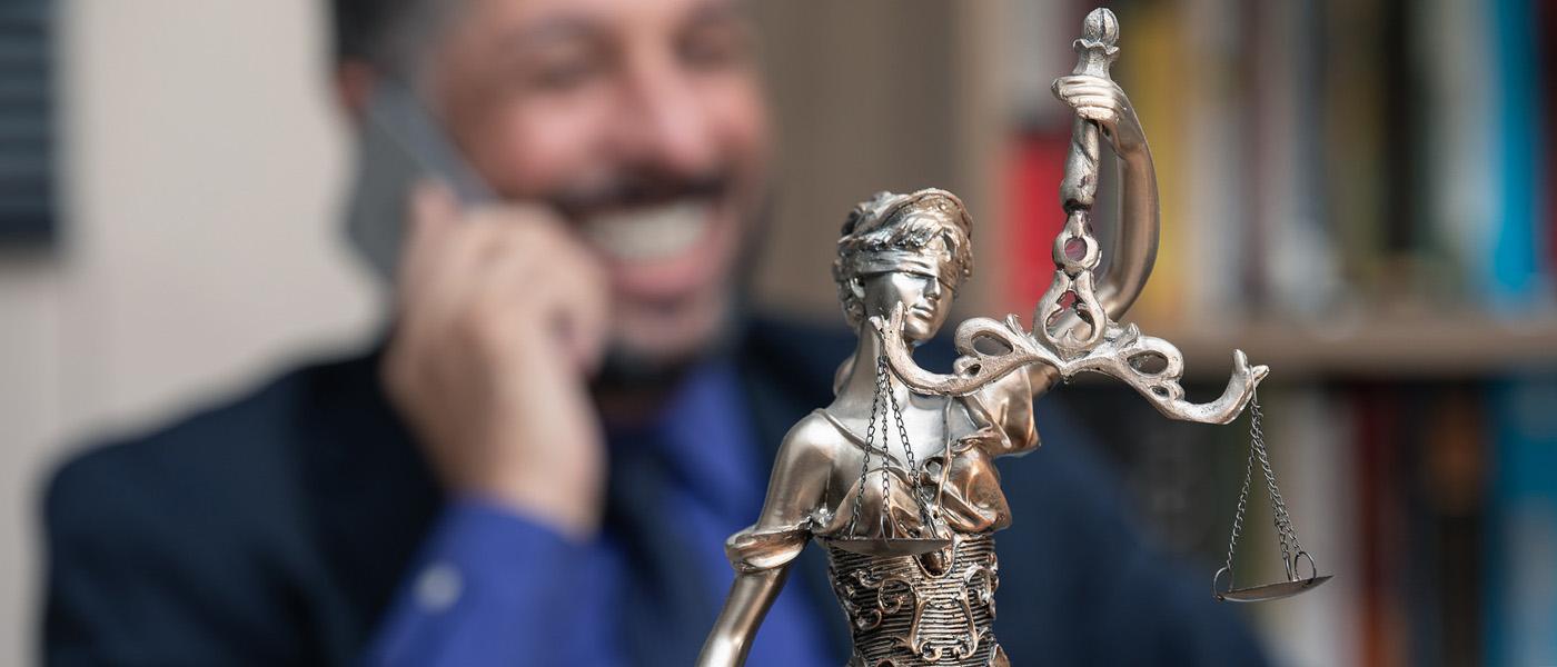 Balance de la justice avec un avocat en arrière plan